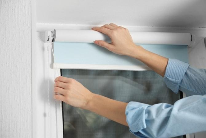 почистить рулонные шторы